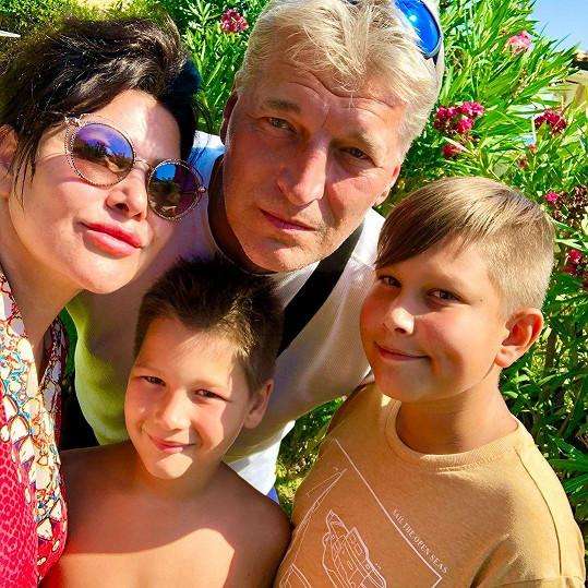 Ilona Csáková s rodinkou
