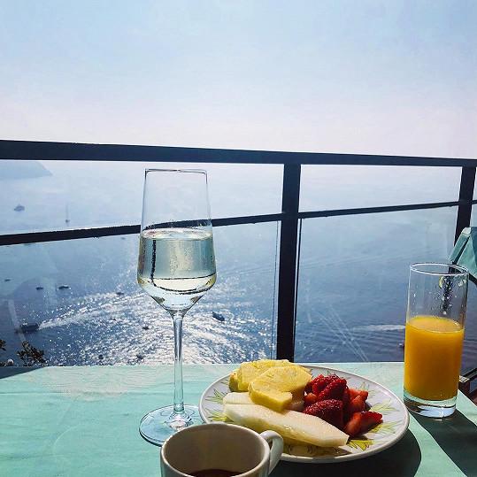 Snídaně zahrnovala vedle pomerančového džusu i kvalitní italské vínko.