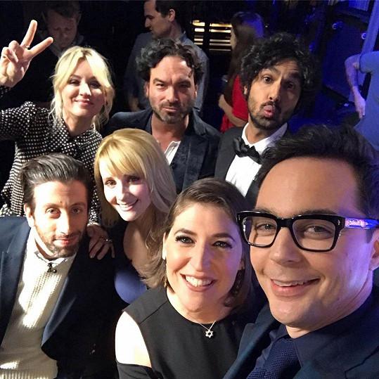 Herci z Teorie velkého třesku zavítali do pořadu Stephena Colberta.