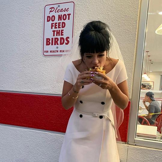 Lily se nebála pochlubit momentkou, jak se cpe hamburgerem.