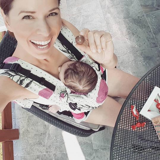 Až na menší trampoty kolem kojení si mateřství užívá.