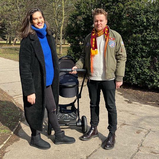 S partnerem Petrem Kolečkem si vyšli na procházku.