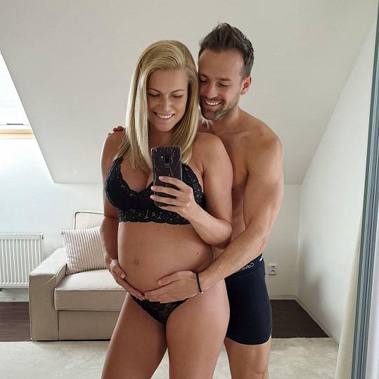 Hvězdný pár Jakub a Eva Krausovi budou mít holčičku.