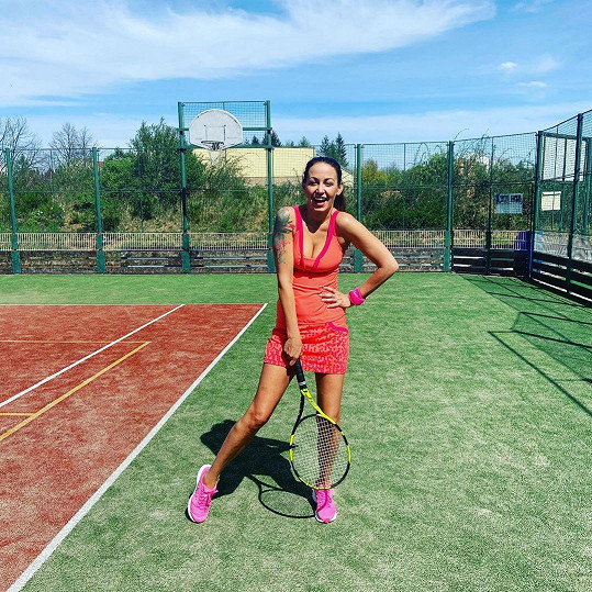 Agáta už může hrát i tenis.