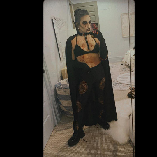 Demi Lovato si vytvořila kostým upírky sama.