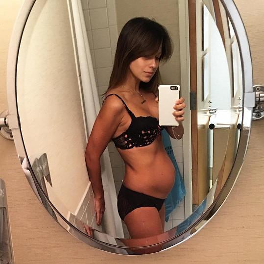Hilaria se vyfotila den po porodu.