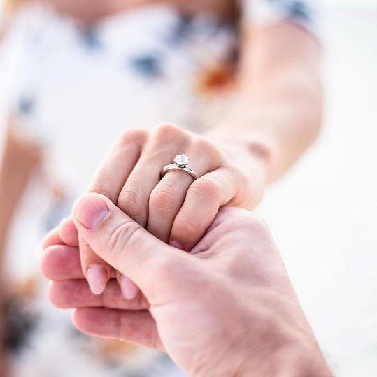 Dostala krásný prsten.