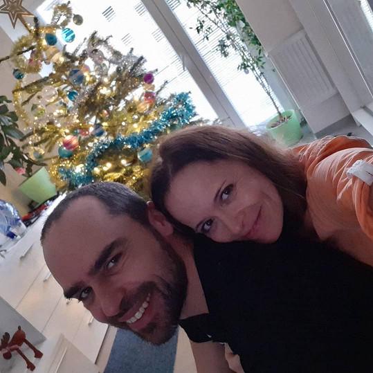 Tráví společně i vánoční svátky.