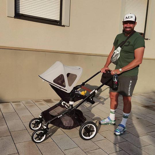 S malým synem rád vyráží na procházky.