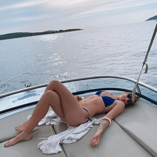 Ukázala se v plavkách.