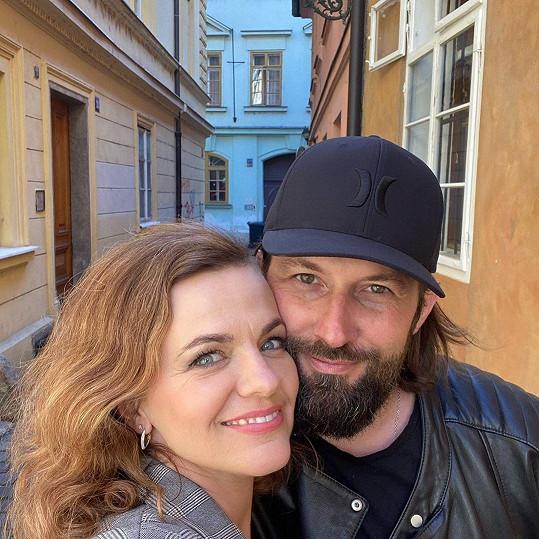 Marta Jandová na procházce s manželem