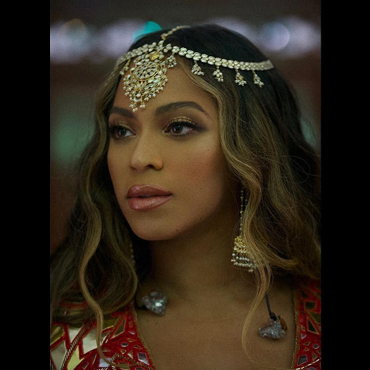 Na indické svatbě zazpívala své největší hity.