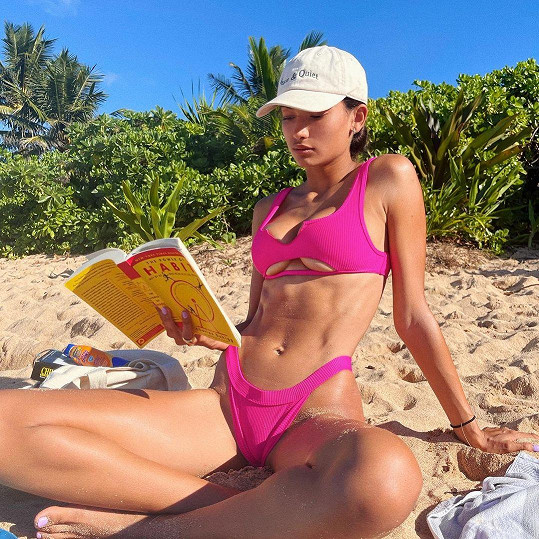 Kelly Gale si užívá na pláži na Havaji.