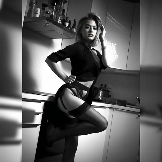 Kristýna Kubíčková pózovala i doma v kuchyni.