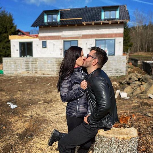 Marek Ztracený s partnerkou Marcelou před domem, který staví. Za dva měsíce by se chtěli nastěhovat.