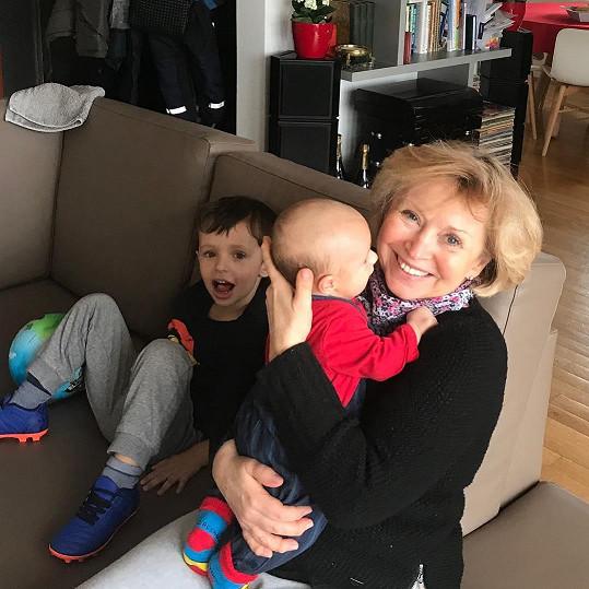 Výjimečně vyfotila i svoji maminku Blanku, jak chová malého Matouška.