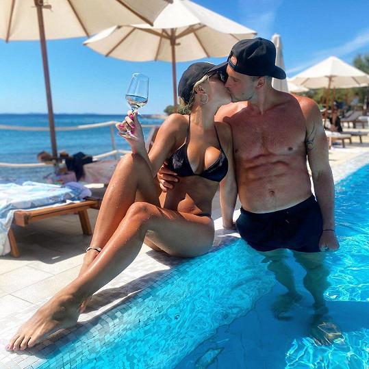 Pár si užívá dovolenou v Chorvatsku.