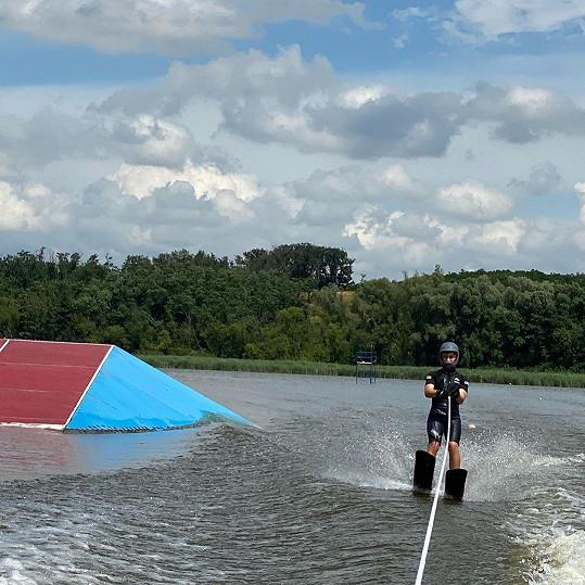 Jakub Mareš válí na vodních lyžích.