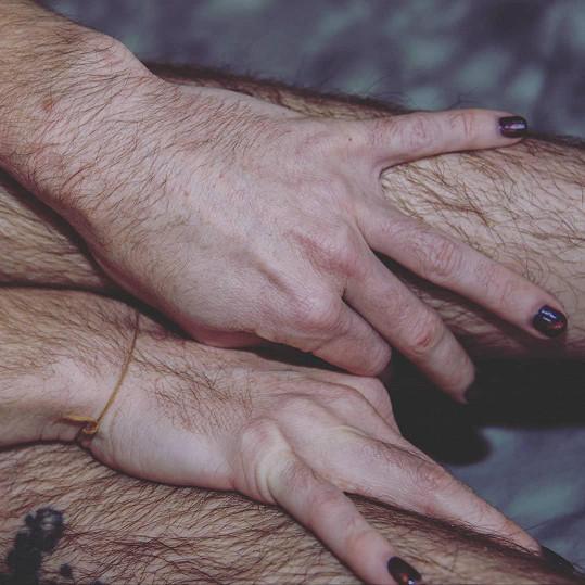 Nohy si Dana holila od svých osmi let, postupně došlo na celé tělo.