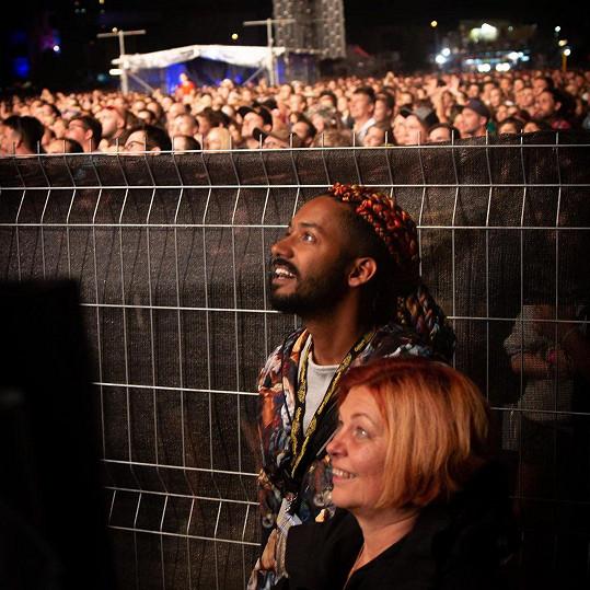 Barevné copánky si nechal naplést kvůli festivalu Colours of Ostrava.