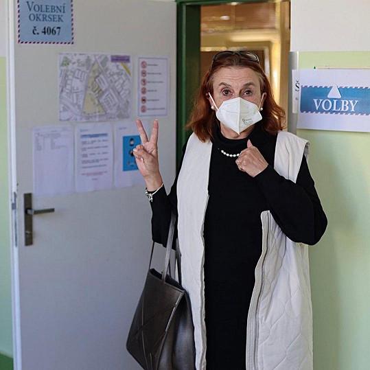 Herečku Evu Holubovou mrzelo, že ji volební komise nenechala vyfotit se při vhazování lístku.