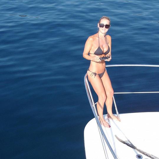 Hedvika Kollerová si hrála na jachtě s dronem.