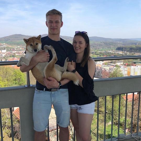 Obránce David Sklenička s partnerkou a pejskem