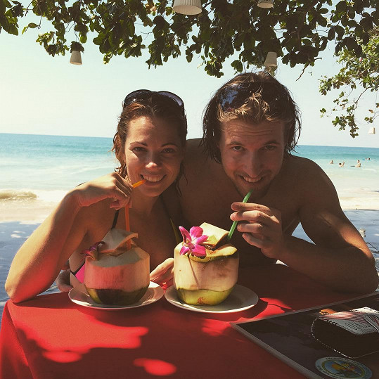 S přítelem Ondřejem Báborem se osvěžují čerstvým kokosem.
