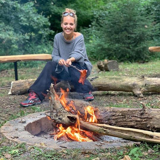 Lucie Vondráčková nepotřebuje žádný luxus, oblékne tepláky a vyrazí k táboráku na opékání buřtů.