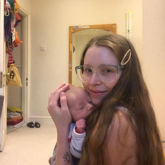 Potřetí se stala maminkou i herečka Jessie Cave. Přivedla na svět syna Abrahama Benjamina.