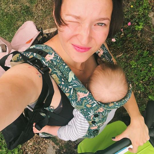 S dcerkou Lolou (5 měsíců) si užívá relax na chalupě.