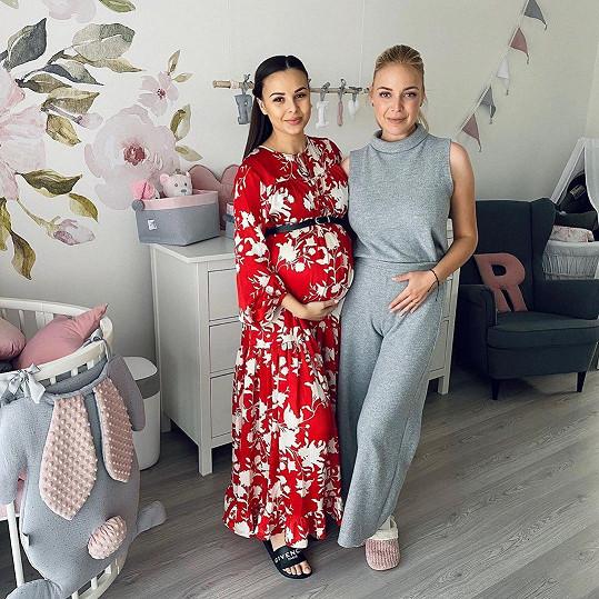 S kamarádkou Monikou Bagárovou, se kterou odstartovaly kariéry v první řadě česko-slovenské řady SuperStar, budou mít děti pár měsíců od sebe.