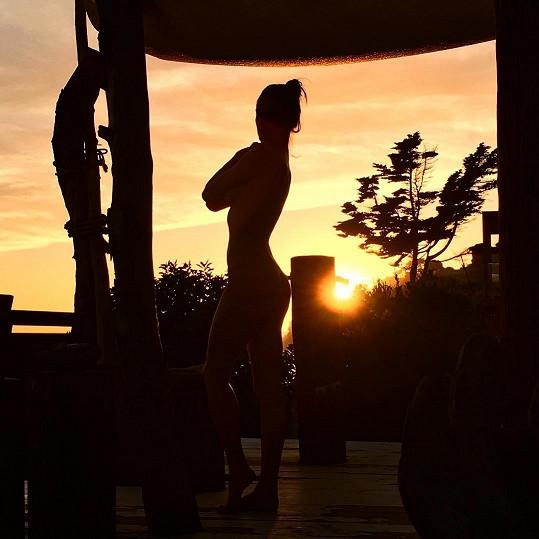 Alessandra Ambrosio se svlékla během západu slunce.