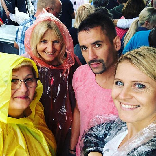 Lucie Šafářová a Tomáš Plekanec s jejich maminkami
