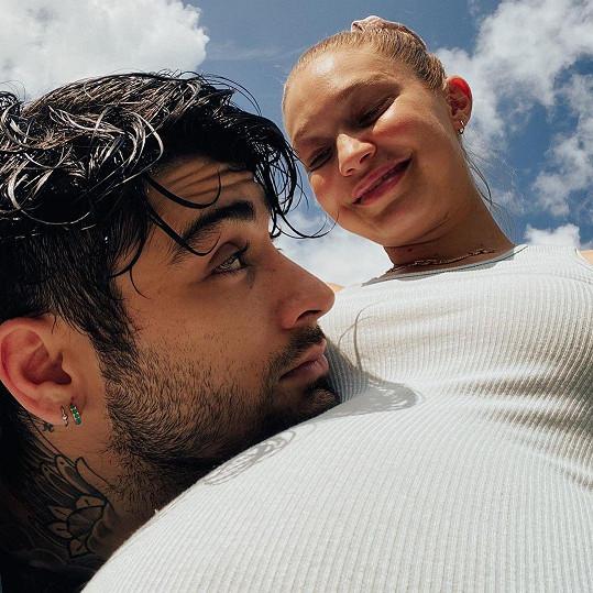 Khai má se zpěvákem Zaynem Malikem.