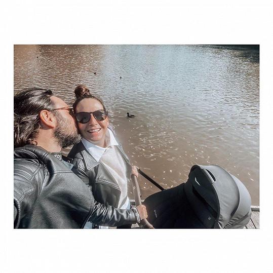 Veronika Arichteva s manželem Biserem a malým Lukou v kočárku