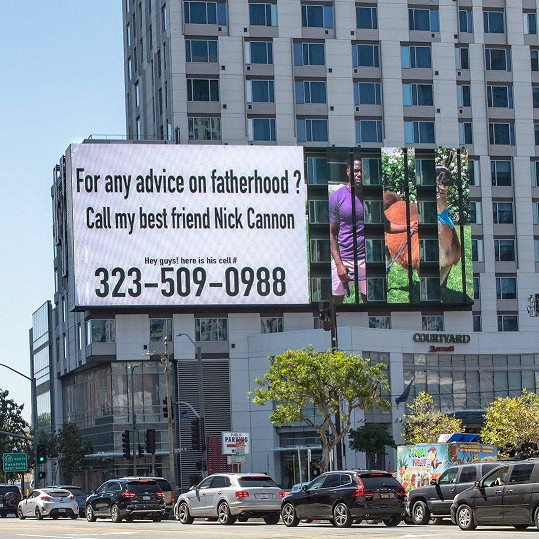 Kevin nechal vyrobit billboardy s telefonním kontaktem na Cannona.