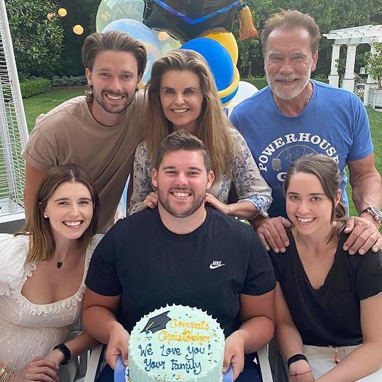 Arnold má s dětmi dost zkušeností. Je pětinásobným otcem, na snímku s exmanželkou Marií a společnými dětmi.