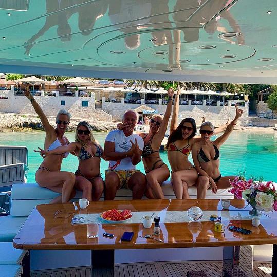Na jachtu ji pozvali přátelé.
