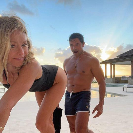 Kelly Ripa pobavila žhavým snímkem s manželem Markem Consuelosem.
