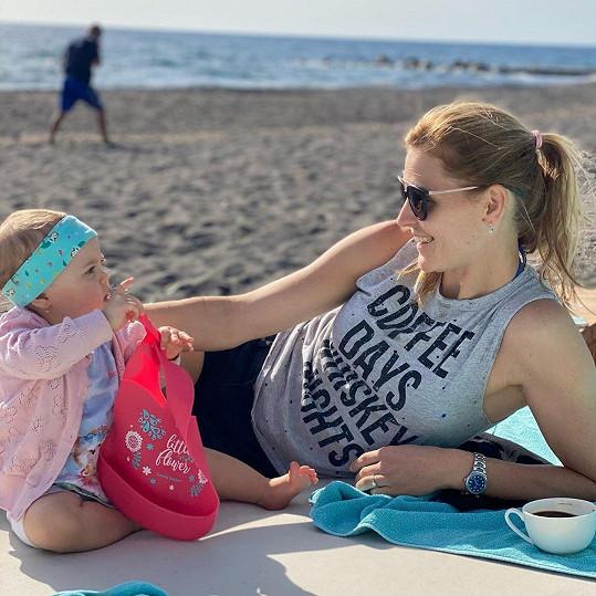 Lucie Šafářová s dcerou Leontýnkou u moře