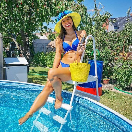 Veronika Lálová si užívala pohodu u bazénu.