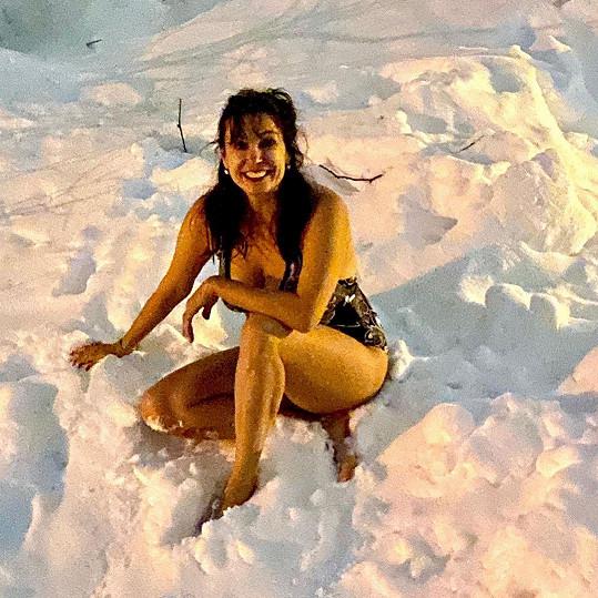 Na sněhu se také otužovala.