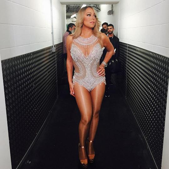 Mariah Carey miluje ,v nichž může odhalit stehna a bujný dekolt.