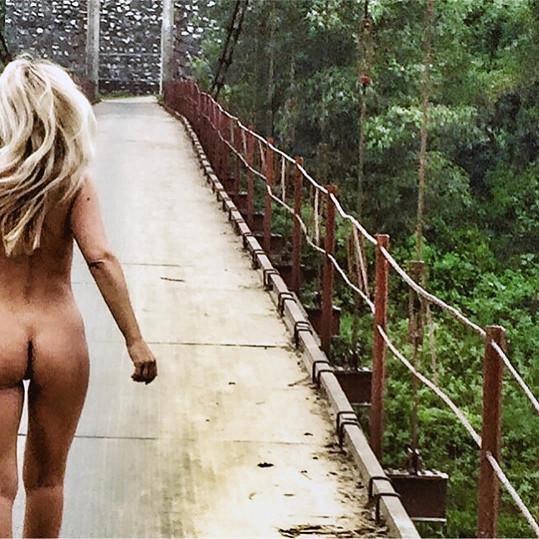 Hrachovcová se na svém instagramovém profilu ukazuje úplně nahá.