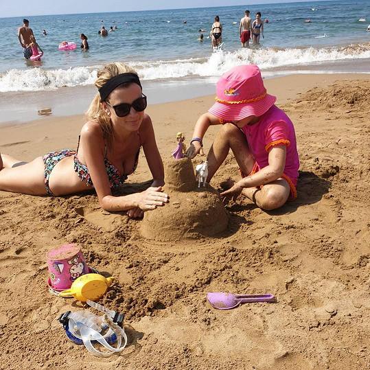 S dcerou stavěla hradní pevnosti, které připomínaly dorty.