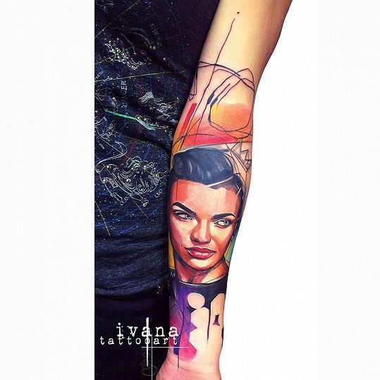Stala se první ženou na světě jejíž tetování bylo kritiky uznáno za dočasné výtvarné umění.