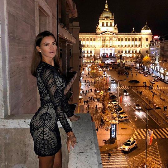 Takhle si užívala výhled na pražské Václavské náměstí.