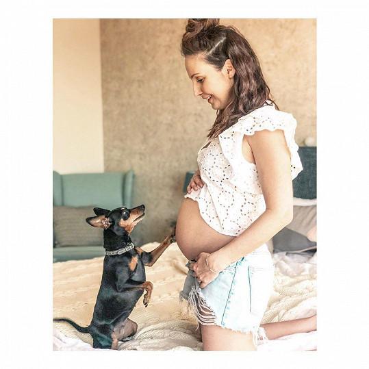 Herečka říká, že kvůli karanténě absolvuje nultý ročník mateřské - žádný bar, dovolená, práce ani kamarádky. Na roli maminky se ale moc těší.