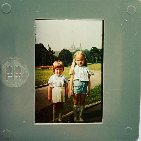 Se sestřenicí pózovala dědečkovi (Regina vpravo).